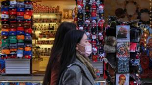 Прохожая в маске на улице Москвы