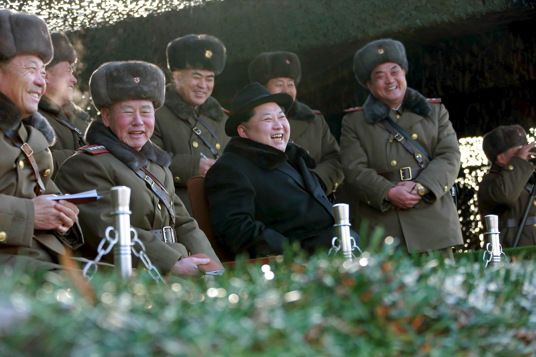 Tân tổng tham mưu trưởng quân đội Bắc Triều Tiên, tướng Ri Myong Su, xuất hiện bên cạnh lãnh tụ Kim Jong Un trong một cuộc tập trận, ngày 21/02/2016.