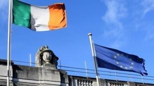 Le drapeau irlandais flotte aux côtés de celui de l'Union européenne.