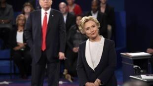 Trump e Hillary trocam propostas por acusações