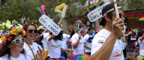 Parada gay tem homenagem às vítimas de Orlando
