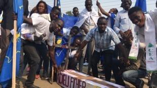 «Adieu, fichier électoral», est-il inscrit sur ce faux cercueil, à l'occasion du meeting unitaire de l'opposition congolaise de RDC, le 29 septembre 2018, à Kinshasa.