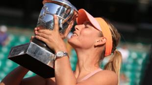 Maria Sharapova  và chiếc Cúp Roland Garros lần thứ 2 tại Paris ngày 7/6/2014.