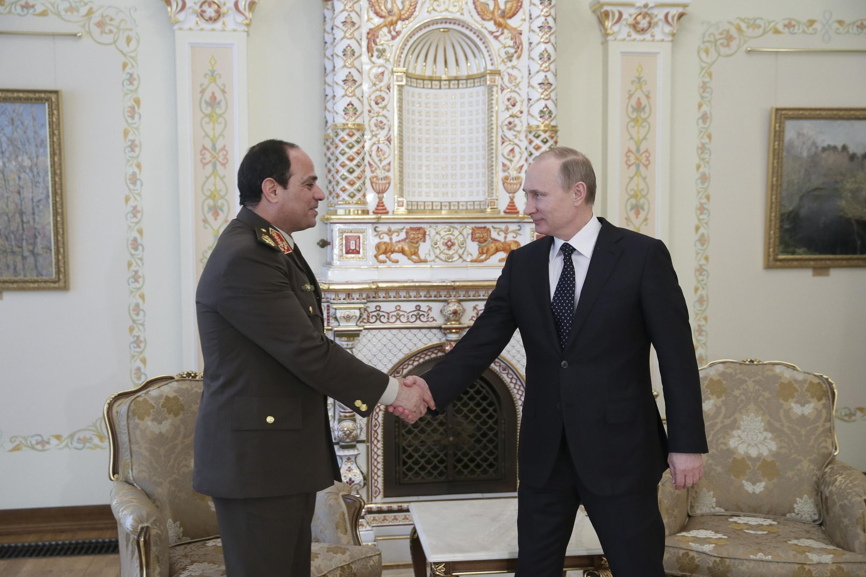 Aliyekuwa mkuu wa majeshi wa Misri, al-Sisi akisalimiana na rais wa Urusi Vladmir Putin alipofanya ziara nchini humo