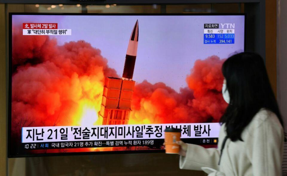 韩国民众观看朝鲜试射飞行体报道 2020年3月资料图片