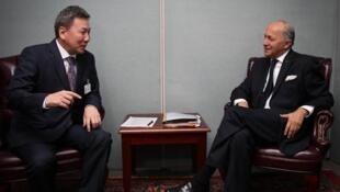 Ngoại trưởng Mông Cổ Luvsanvandan Bold (T) và đồng nhiệm Pháp Laurent Fabius (diplomatie.gouv.fr)