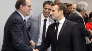 Poignée de main entre le président de la République, Emmanuel Macron, et le Premier ministre, Jean Castex, alors que ce dernier était Délégué interministériel aux jeux Olympiques et Paralympiques de 2024, le 9 janvier 2019 (Photo d'illustration).