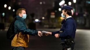 Control policial en el centro de Bruselas durante el toque de queda impuesto por el aumento de casos de Covid-19. 30 de octubre de 2020.