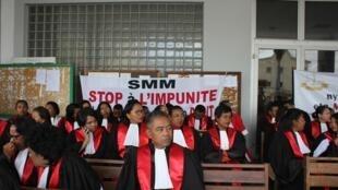 Le syndicat des magistrats de Madagascar a organisé des sit-in devant les 42 tribunaux du pays pour demander au chef de l'Etat malgache de garantir l'indépendance de la justice, le 3 mai 2017.