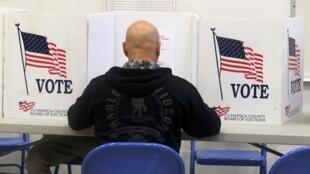Un électeur de l'Ohio vote lors des élections présidentielles américaines, le 8 novembre 2016.
