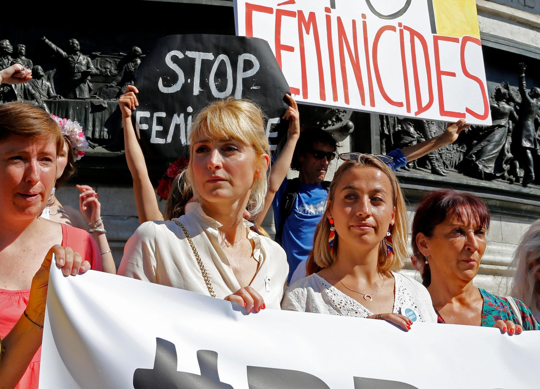 A atriz Julie Gayet (segunda da esquerda para a direita), companheira do ex-presidente François Hollande, participou do protesto contra o aumento da violência conjugal na França.