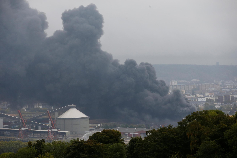 A fumaça de um grande incêndio que deflagrou em uma fábrica da Lubrizol em Rouen, França, em 26 de setembro de 2019.