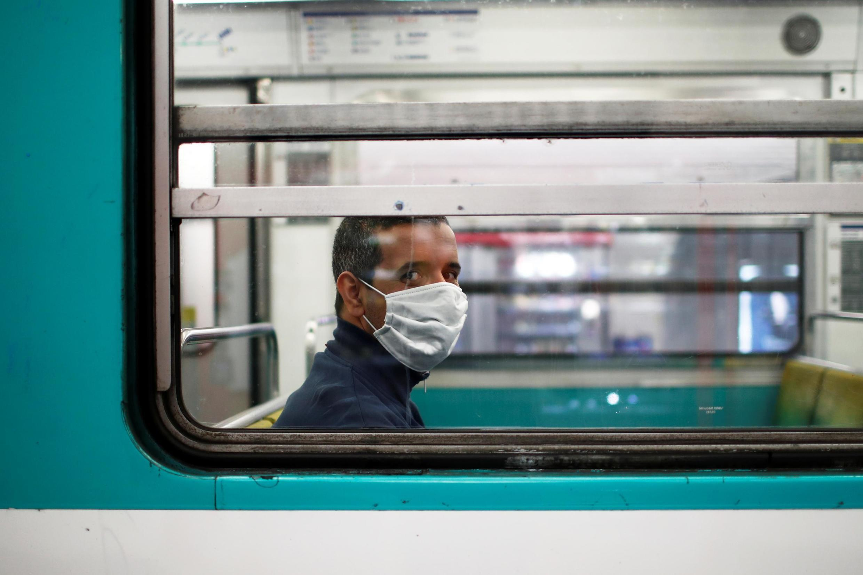 Un passager du métro parisien portant le masque, le 26 avril 2020.