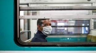 Um passageiro no metrô parisiense no dia 26 de abril.