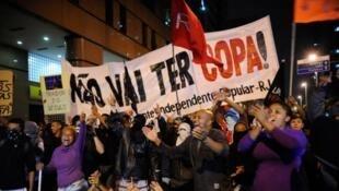 Desde a Copa das Confederações, uma série de protestos tem ocorrido no Brasil. Na foto, protesto realizado, em abril, por manifestantes que apoiaram os ex-moradores de um prédio da Oi, no Rio de Janeiro.