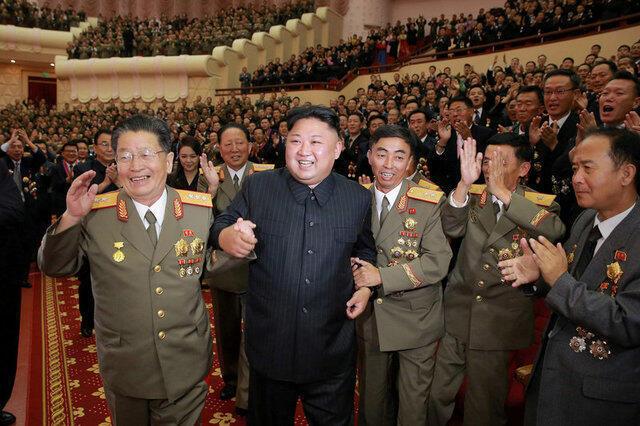 Líder norte-coreano Kim Jong-un festeja ensaio nuclear com equipa científica