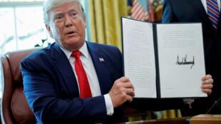 Donald Trump a signé lundi un décret infligeant de nouvelles sanctions à l'Iran, notamment à l'ayatollah Ali Khamenei, Guide suprême de la révolution islamique, à la Maison Blanche, le 24 juin 2019.