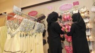 Mulheres fazem compras em uma loja de Jeddah, na segunda-feira.