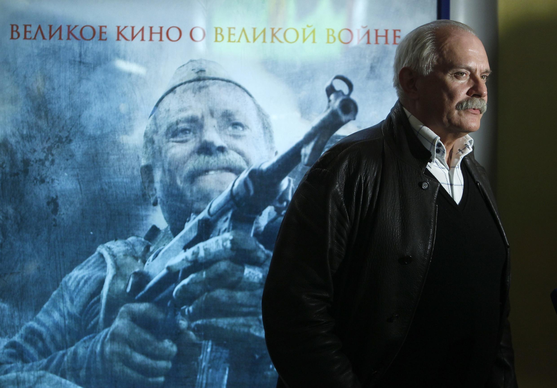 """Никита Михалков перед афишей его фильма """"Утомленные солнцем-2""""."""