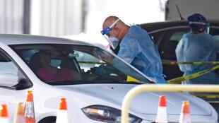 Testes realizados na modalidade drive-thru, em Miami, Flórida