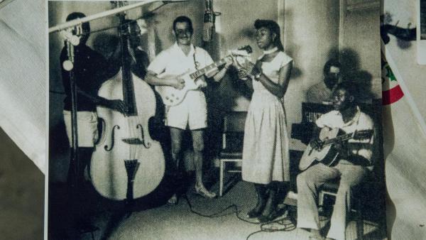 """Photo du groupe de jazz africain dans les années 1960. En RDC, chaque fête du 30 juin est vécue au rythme d'une chanson devenue l'hymne des espoirs rapidement déçus en Afrique après 1960: """"Independence Cha Cha""""."""