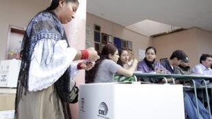 Si les projections se confirment, ce référendum serait la sixième consultation électorale remportée par le président Rafael Corea depuis son arrivée au pouvoir en 2007. Bureau de vote à Quito, la capitale, le 7 mai 2011.