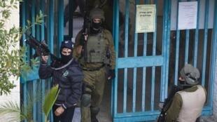 Policiais israelenses vasculham a área próxima da sinagoga que foi alvo de ataque na manhã desta terça-feira (18), em Jerusalém ocidental.