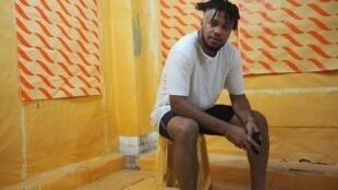 Maxwell Alexandre, dans son atelier dans la «favela» de Rocinha.