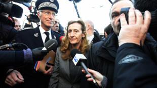 Министр Николь Беллубэ (в центре) намерена узнать мнение заключенных о будущем Франции