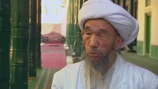 """Giáo sĩ Jume Tahir, phụ trách thánh đường Hồi giáo lớn nhất Trung Quốc, tại Kashgar, bị sát hại hồi tháng 7/2014. Theo công an Trung Quốc, thủ phạm là một số người Duy Ngô Nhĩ """"cực đoan"""". Ảnh chụp giáo sĩ Tahir từ video tháng 7/2011."""