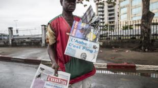 Un vendeur de journaux à Libreville, le 29 août 2016.