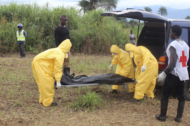 Jami'an kiwon lafiya suna fama da masu cutar Ebola a Waterloo, birnin Freetown a Saliyo.