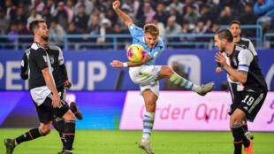 L'attaquant italien de la Lazio Rome Ciro Immobile, entouré par des joueurs de la Juventus Turin, lors de la Supercoupe d'Italie à Ryad en Arabie saoudite le 22 décembre 2019