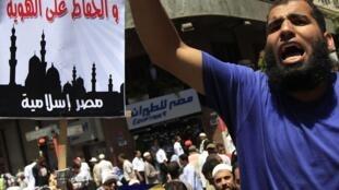 """Dominada por fundamentalistas, a multidão pedia """"a lei de Deus"""", nesta sexta-feira, no Cairo."""