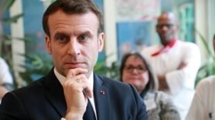 O presidente francês, Emmanuel Macron, durante uma visita a uma casa de repouso para idosos no 13º distrito de Paris. 06/03/2020
