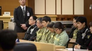 Le capitaine du «Sewol» Lee Joon-seok (en vert avec des lunettes), entouré de membres de son équipage, au moment du verdict de son procès le 11 novembre 2014 à Gwangju.