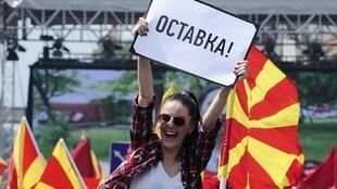 Moja kati ya waandamanaji katika maandamanao yaliitishwa na upinzani Makedonia, Jumapili 17 mwaka 2015.