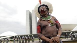 Raoni Metuktire, cacique caiapó de 83 anos, durante manifestação em frente ao Congresso, 3 de outubro de 2013.