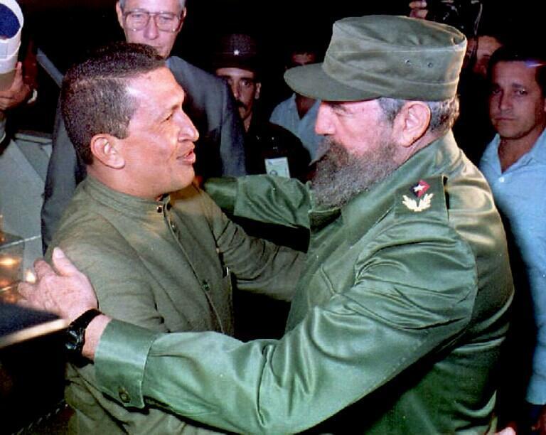 Hugo Chavez accueilli par le président cubain Fidel Castro à son arrivée à l'aéroport Jose Marti de La Havane, le 13 décembre 1994.