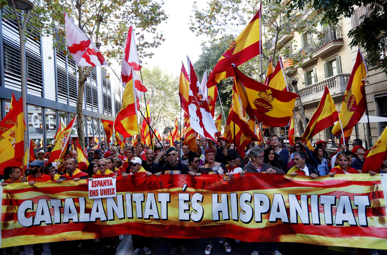 Miles de manifestantes marchan contra la independencia de Cataluña en Barcelona el 8 de octubre de 2017.