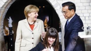德中总理一同参观柏林一家瓷器厂