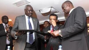 Les deux parties en conflit au Soudan du Sud signent un cessez-le-feu à Addis-Abeba, Ethiopie, le 23 janvier 2014.