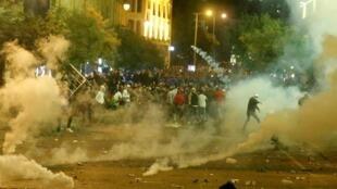 Militantes anti-governo atiraram pedras e garrafas contra policiais, que responderam com bombas de gás lacrimogênio e jatos d'água.