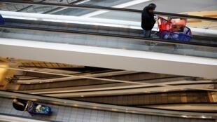En France, la consommation des ménages a chuté de 17,9%, selon l'Institut national de la statistique et des études économiques (Insee).