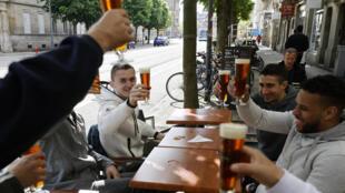 Dân Pháp tận hưởng những ly bia dưới mái hiên của một quán cà phê ở Strasbourg, ngày 19/05/2021.