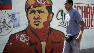 Grafite em Caracas retrata o ex-presidente Hugo Chávez, morto há um ano