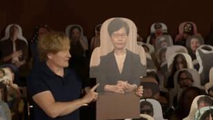 """2020年9月,""""纸板林郑月娥""""上了美国清谈节目,还被奚落样子像阎罗王。(网上截图)"""