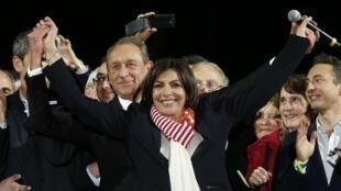 Candidata do PS celebra vitória em frente à prefeitura de Paris