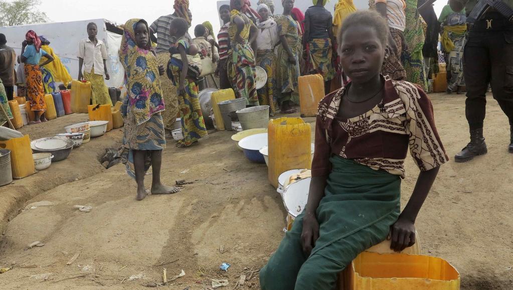 Foleni ya wakimbizi wa Nigeria wakisubiri kuteka maji katika kambi ya Minawao, kaskazini mwa Cameroon, Februari 18 mwaka 2015.