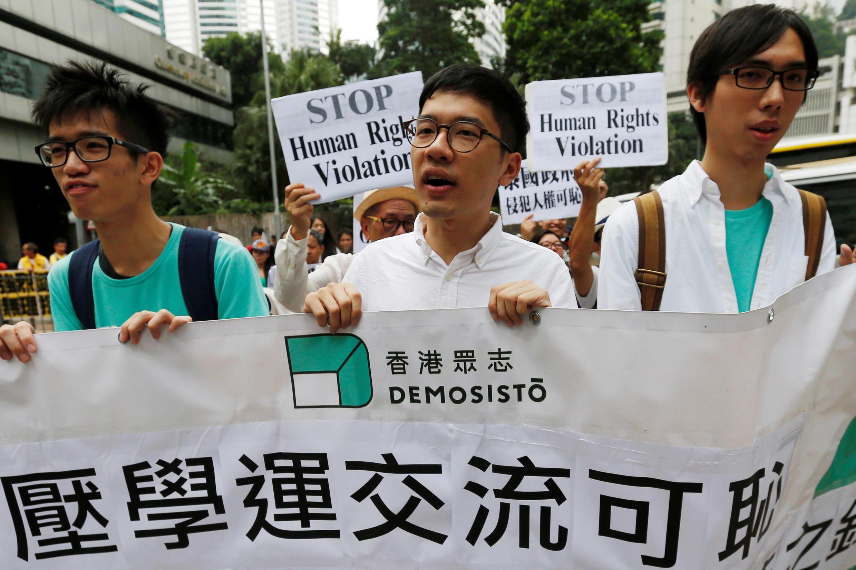2016年10月5日,香港众志主席罗冠聪(中)与同伴在街头抗议泰国海关扣留该党秘书长黄之锋,阻止其入境泰国。